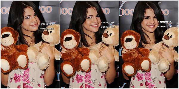 22/06/2011  .....notre magnifique Selena Gomez était de sortie, elle était présente à à la radio Y100 Elle était rayonnante, dans ce Tee-Shirt fleuri et toute mimi avec ces peuliches, TOP/FLOP/BOF?