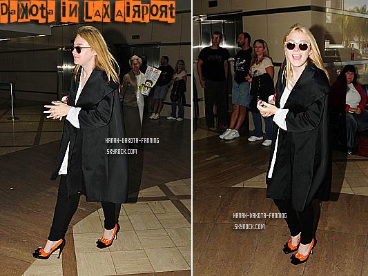 .  09/09/10 _ Dakota, toute souriante aperçus à l'aéroport de LAX avec des chaussures assez... spéciales. .