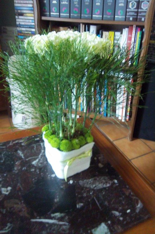 art floral, piqué dans de la mousse  des oeillets du tiki de la mousse tres sympa
