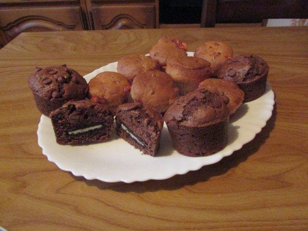 des muffins aux pralines roses et d'autres au double chocolat avec à lm'interieur des oreo