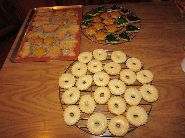 les bredeles de noël réalisés hier: les anneaux à la clementine et les sablé souabes
