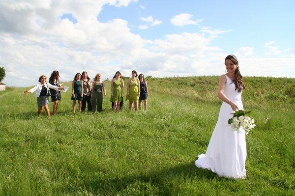 en sortant de la chapelle le lance du bouquet de la marié