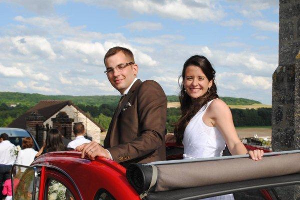 les mariés dans leur voiture
