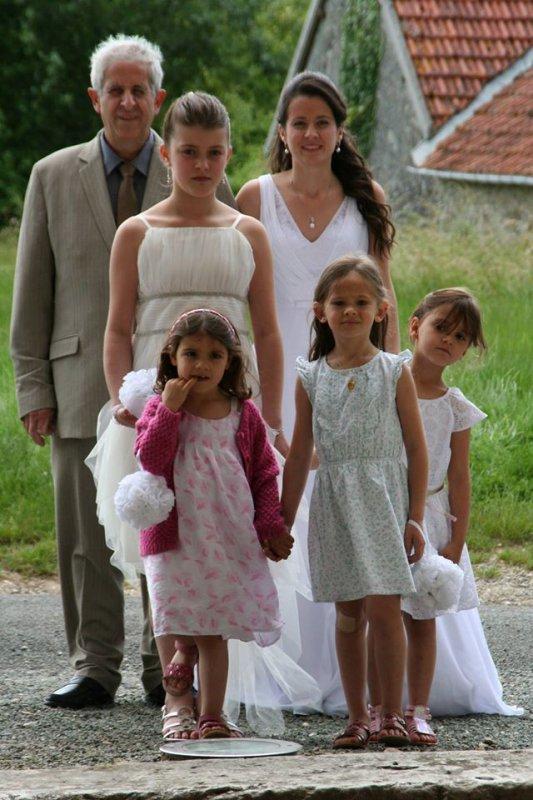 ma fille au bras de ma mari et les petites demoiselles d'honneur rentrant dans la chapelle