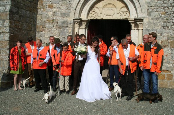 la sortie des mariés avec les rabatteurs et les chiens de chasse dont les quatre de ma fille