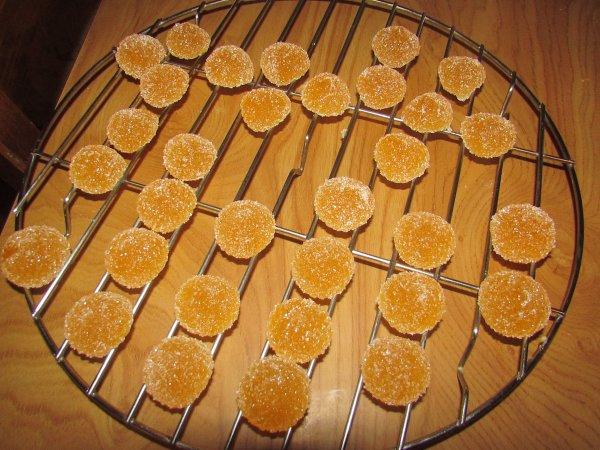 je suis en train de faire mes pâtes de fruits pour l'instant à la mandarine et à la fraise