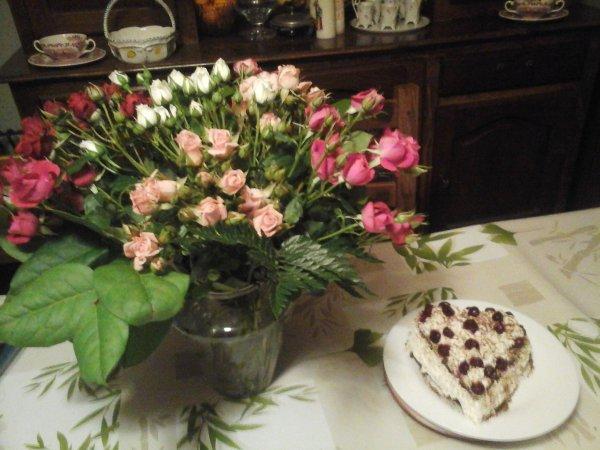 la st valentin ce jour un bouquet et un gateaux