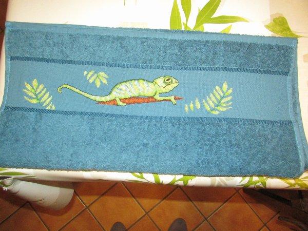ma serviette est terminée j'ai brodé d'avantage de feuilles