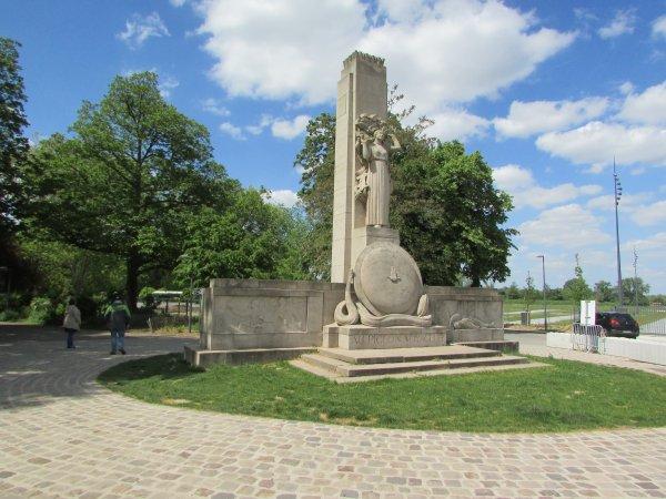 un monument aux morts qui  m'a  surpris