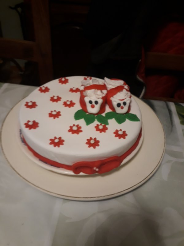 un des gâteaux pour la babyshower une génoise au chocolat fourré avec un gelée de mures décor en pate à sucre