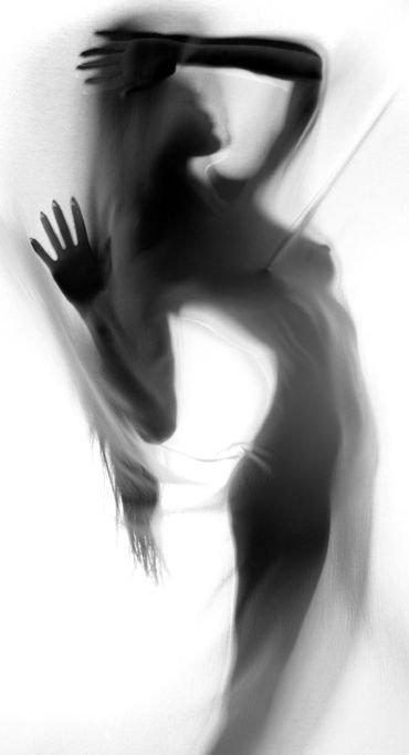 j'aimerais rester cachée dans mes rêves , ne pas affronter l'écume de ma vie , la réalité qui fait mal , mon âme préfère son imaginaire doux et parfait . La réalité me fait peur , je m'en cache , les rêves m'attirent , j'en vis ...