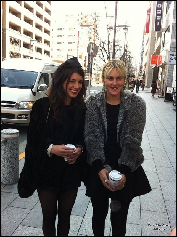 • Photos personnels  •Shenae lors de son voyage au Japon. On peut le voir avec Jessica Stroup