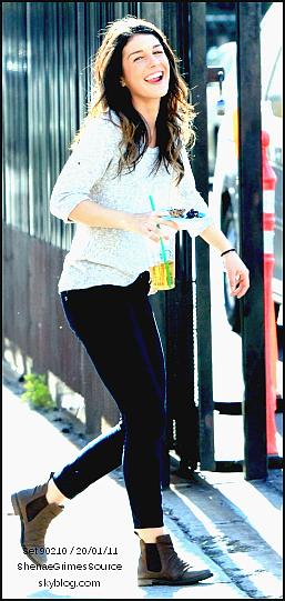 ______  ______• 12 Avril 2011 • ___Shenae Grimes sortant du restaurant Katsuya à L.A  ______