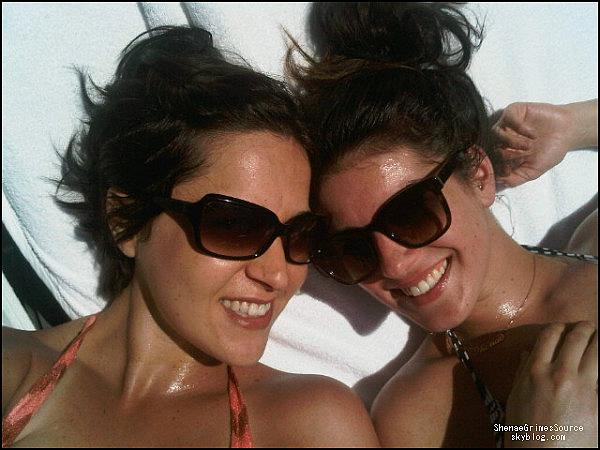 ______  ______• 2 Mai 2011 • ___ Shenae Grimes et le scandaleuse Lindsay Lohan sortant du Chateau Marmont à Los Angeles