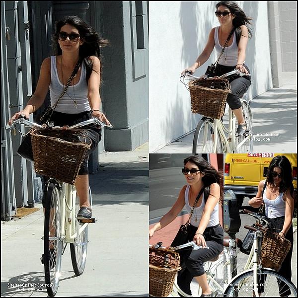______  ______• 3 Mai 2011 • ___ Shenae & un ami se baladaient dans L.A et se sont s'arrêtés à la terrasse d'un café