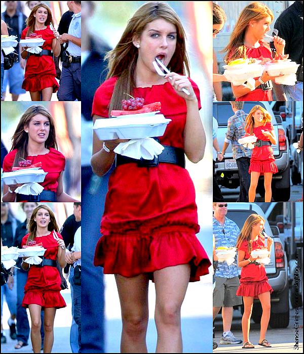 ______   ______• 23 Septembre 2008 • ___Shenae et une amie ce promenant dans les rue de Los  ____  Angles, un cigarette à la bouche.   ______