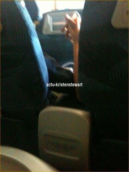 Flash-Back -- De nouvelles photos de Robsten dans un avion datant du 18 Aout 2010 viennent d'apparaitre. Ils s'y tiennent la mains .. Si c'est pas mignon ça! :)