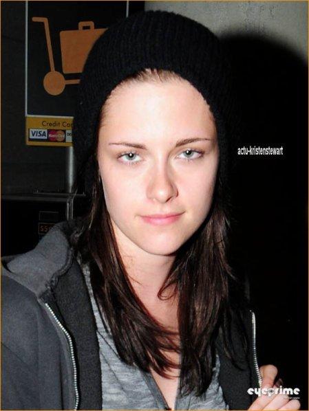 1O-O7-11 -- Kristen de retour à Los-Angeles !    Je sais pas vous, mais j'ai l'impression qu'elle a 15ans sur la photo!