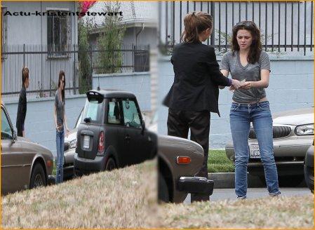 14-O7-11 -- Notre petite Kristen chérie a eu un petit accrochage en voiture. Rien de bien grave .      Look : Le look habituelle que l'on kiff !          J'aimerais bien être à la place de l'autre conductrice moi ..