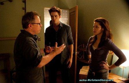 Trois nouveaux Stills de Breaking Dawn J'aaime trop celle où il y a que Ed et Bella ! *_*, celle quand Bella est en tenue de lune de miel, c'est Rénée en face d'eux :),  et une du tournage, dans la chambre de Bella je crois.