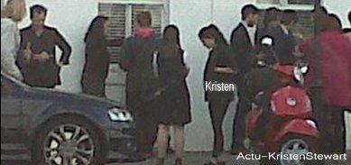 4-O9-11 --  Kristen est belle et bien en vie ! Elle a été vus en compagnie de Robert ( Qui est venu la rejoindre à Londres :DD ) , et de je ne sais qui. Rob est dans la maison de derrière d'après la fan, ils riaient ensembles et se tenaient la main, ils semblaient très amoureux !