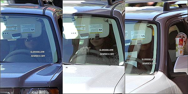 16/01/2013 - Selena allant déjeuner avec ses amies.