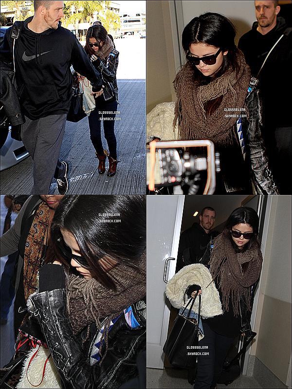 . • 17/01/2013 : Selena arrivant à l'aéroport de LAX..