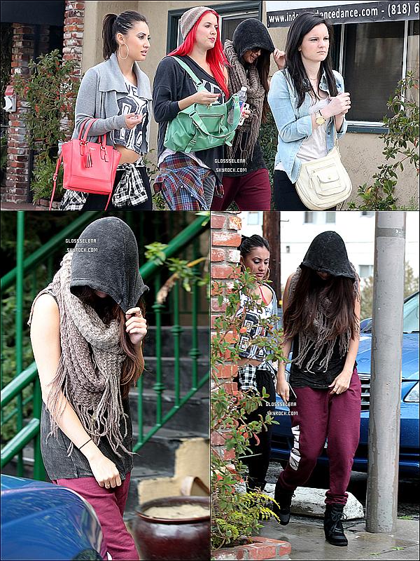 . 07/03/13 -  Selena, Francia, Samantha, Laura et Chae  quittant une salle de danse..
