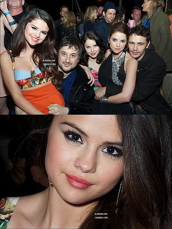 . 09/03/2013 - Selena et un ami se promenant à Tarzana, Californie..
