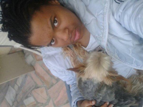 moi et mon chien dans le jardin
