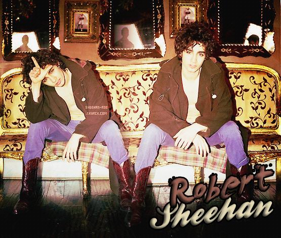 . Suis jours après jours le quotidien du mémorable Rob Sheehan ! .