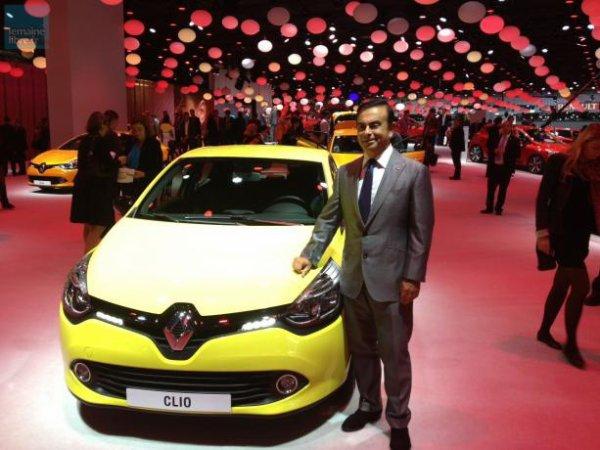 Carlos Ghosn, le Pdg de Renault et Nissan, pose devant la nouvelle Clio.