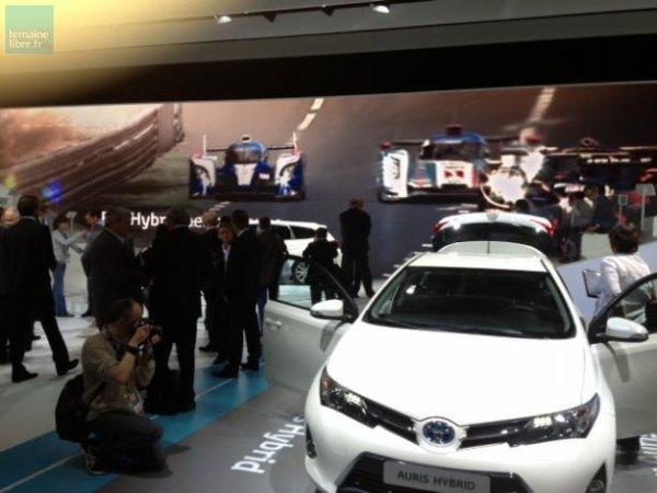 Toyota, lui, présente ses nouveaux modèles hybrides, avec l'Auris