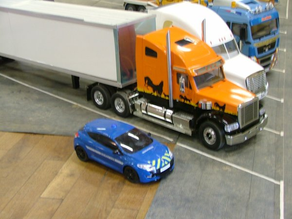 des camions amercains  et control de gendarmerie