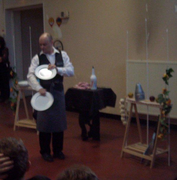 Comedie jonglée : les assiettes !