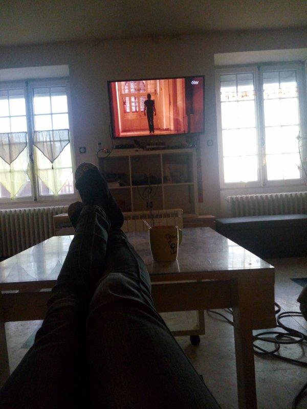 Posée devant la TV