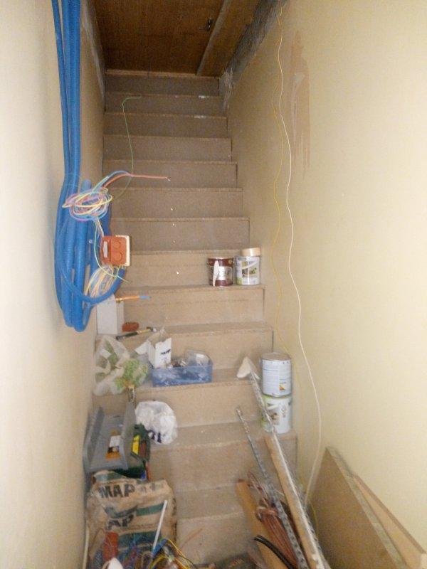 Un escalier chez moi  entièrement fait par moi même il craint pas de tomber