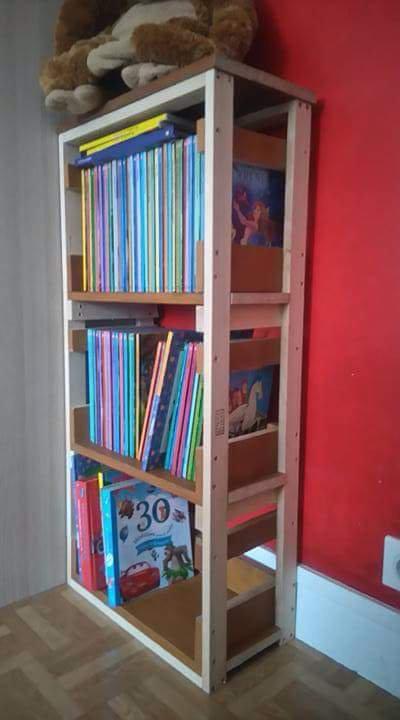 Petite bibliothèque pour mon premier fils  faite elle aussi main et j'ai préféré la laisser brute