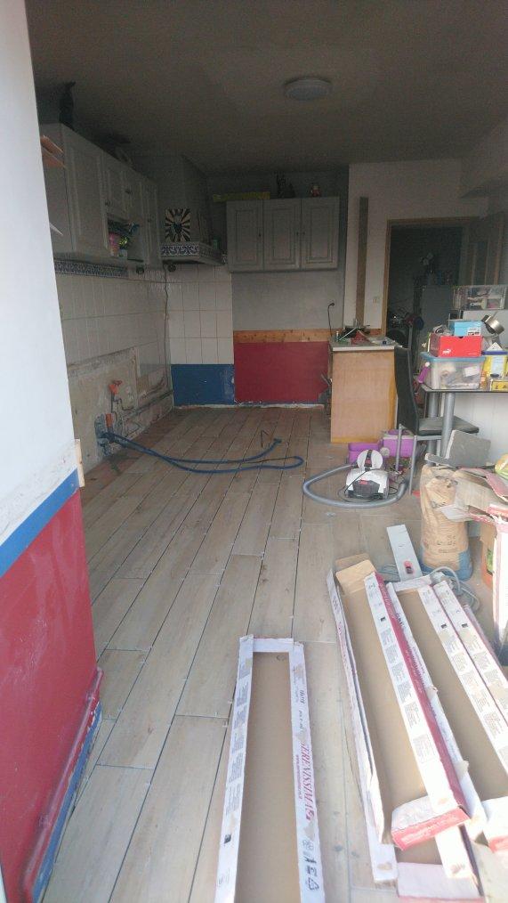 Bientôt au bout, ouf !!! j'en ai marre, encore deux ranger et les plinthe puis je pourrais mettre les meubles et le plan de travail à leurs places