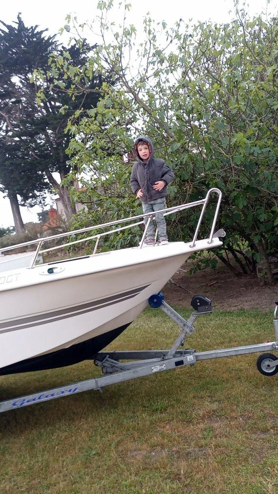 Avant la mise a l'eau ils ont nettoyé le bateau et j'ai réparé le bateau qui avait un problème électrique.