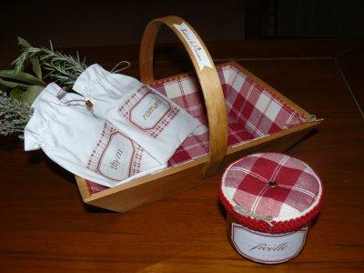 paniers   pour la cuisine          rouge     et  bleu     plus      pot pour devider la ficelle