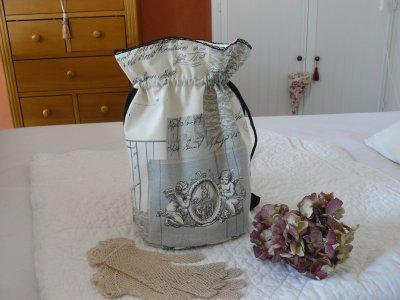 mon dernier pochon   tres romantique  des anges pour cette toile ,  dentelle noire ancienne en coton ,  broderie machine           et dans les berlingots  de      la lavande  pour ce pochon   tres féminin