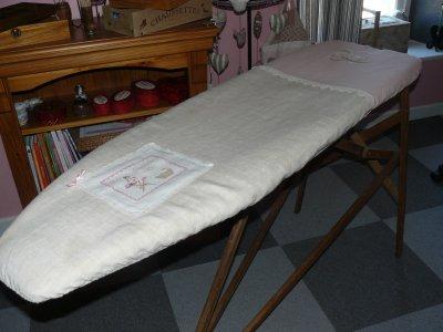 """enfin ma table à repasser   sur une brocante 6 euro pour les broderies  2 christine  la lessive """"christou et le       monograme crysvon , drap ancien , lin rose fané   et dentelle ancienne"""