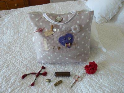 sac pour brodeuse!!ou tricoteuse!!! ou !!!dans un joli tissu de chez poidesenteurs , boutons de nacre  , dont un tres gros pour fermoir  avec une poche  et asser grand   avec molleton pour un bonne tenue