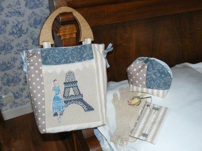 un petit sac à ma façon    avec une jolie broderie de christou   , les poignées en chène  de monsieur decosiyou  , un fond rigide  le sac est doubler en soie sauvage bleu  ,dentelle ancienne et le dos en tres vieux lin