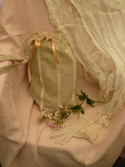 """cette année la dentelle est tres """"""""""""tendance  """"""""  voila un pochon fait de lin , de dentelles anciennes de boutons de nacre ,, d'un tres ancien ruban de satin  une doublure en drap   . """"""""les fleurs sont des saponaire qui viens de sapo en latin qui veux dire savon     .avec les rhizomes les tiges et les feuilles l'on fabrique du savon"""