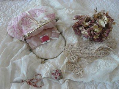 pochette de brodeuse  toile  de jouy rose
