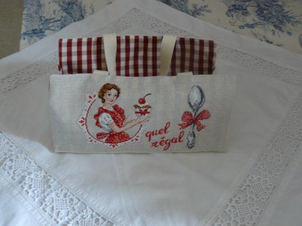 un sac à cake    celui ci c moi qui ai fait la broderie la couture aussi d'ailleur