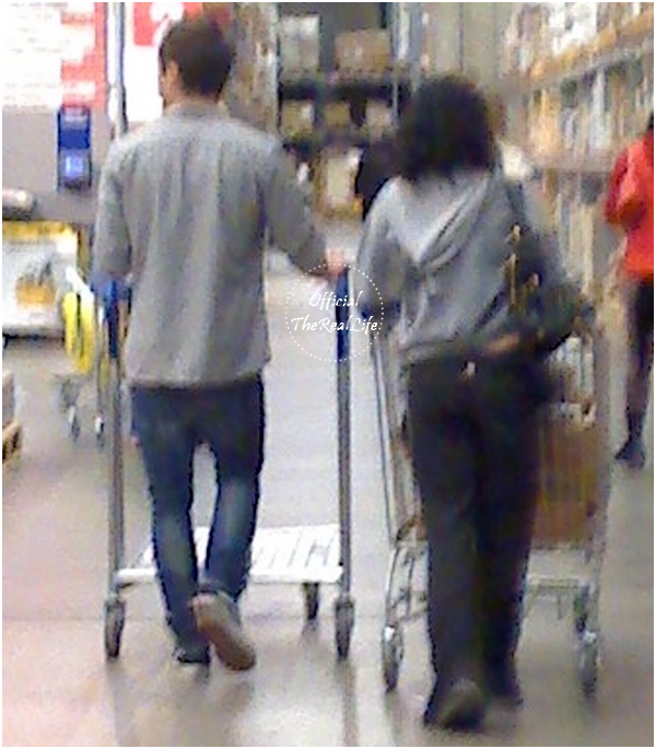 © Official-TheRealLife™  28/01/10  ※  Photo fan de Zac et Vanessa dans le magasin IKEA à Los Angeles.  _