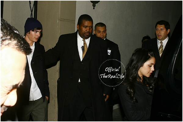 © Official-TheRealLife™  12/12/2007  ※  Zac et Vanessa à la première du film Walk Hard à Los Angeles.  _